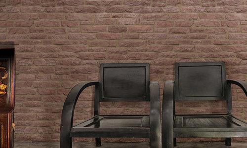 Innenraum mit ein paar Stühle und eine veraltete Truhe und Wandverkleidung Armorique Red