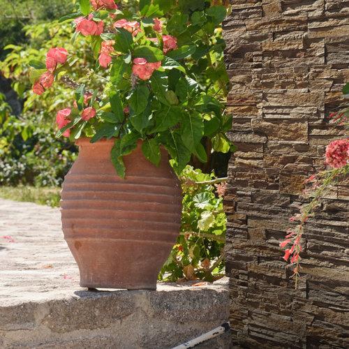 Decostone Andes Bronze. Ein unerwartet authentischer Ecke im Garten.