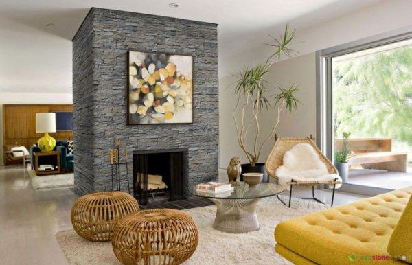 Geräumige helle Lounge mit Kamin in der Mitte mit grauem Stein als Futter.