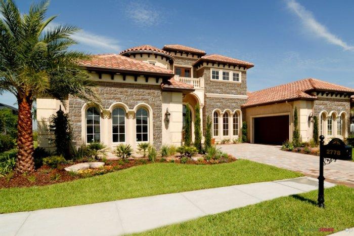 Ein imposantes Haus mit Garten und Fassade aus Aragone Amber-Zierstein