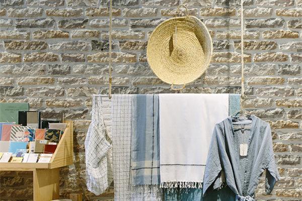 Raum eines Landeishauses mit einigen Kleidungsstücken und Hintergrund der Armorique Beige
