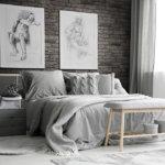 Große Schlafzimmer in hellen Farben und große Fenster und Wandverkleidung von Armorique Gray