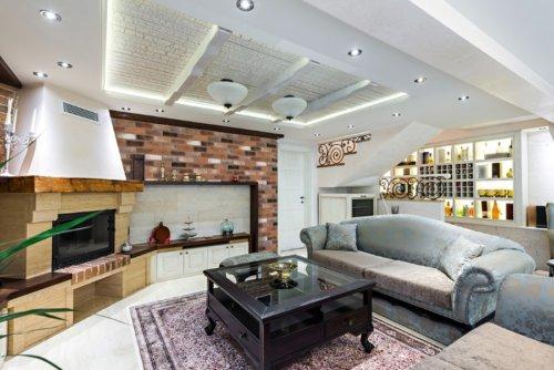 Eine warme Ecke mit Kamin im geräumigen Haus mit den lebhaften Farben des dekorativen Ziegels Decobrick Aged.