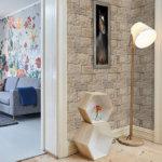 Klassisches Einfamilienhaus mit Lounge und Vorraum mit Lampe und langweiliger Pferdeanstrich Platte und Bronzetönen des Nevada Bronze