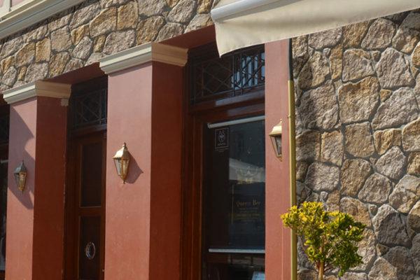 Ein schönes Gebäude in einer Fußgängerzone verkleidet mit der unregelmäßigen künstliche Stein Savoie Amber sorgt für Wärme.