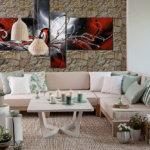 Eine schöne Atmosphäre im Wohnzimmer mit dem großen Sofa und dem imposanten Mal Brett und der Wärme, die vom unregelmäßigen Stein Savoie Amber ausgeht.