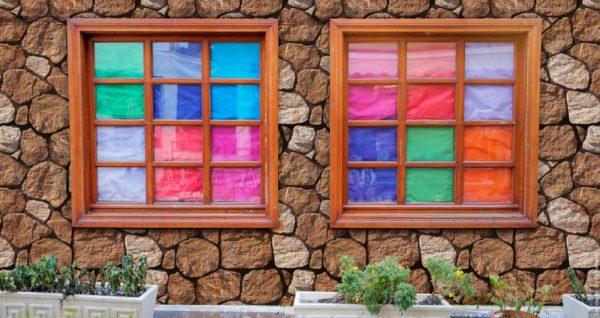 Mehrfarbig Fenstern mit Fassade in rötlichen Tönen