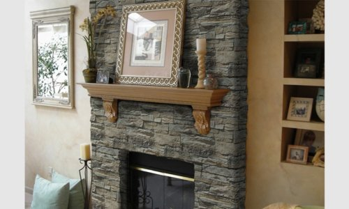 Ein schöner Raum mit Kamin dekoriert mit Zierstein Vivid Beige