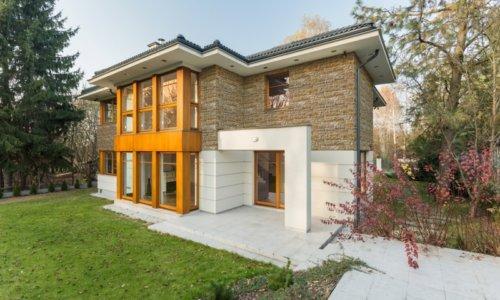 Geräumiges Haus auf der Provinz mit Garten und Fassade aus Holz und künstlicher Stein