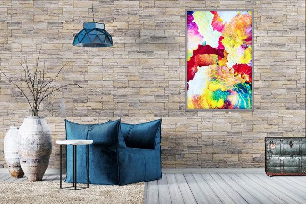 Blauer Sessel in einem geräumigen Raum mit grauem Stein an der Wände