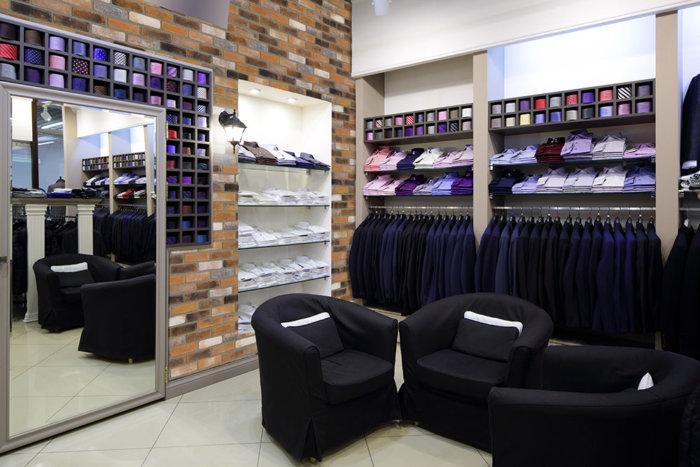Ein schöner moderner Ladenbereich mit Kleidung und die Wände mit Ziegel Riemchen Verblenden