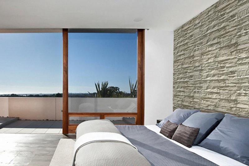 Schlafzimmer mit Aussicht und Investitionsstein an der Wand