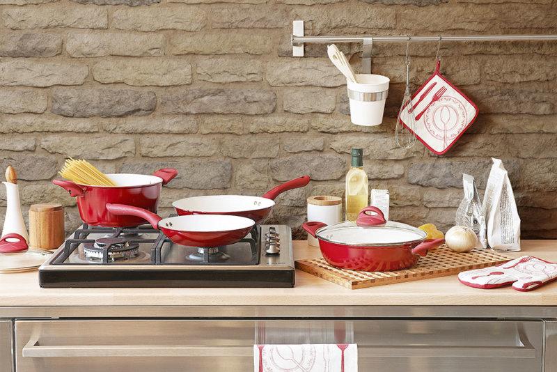Moderne Küche mit gefüttertem Stein statt Fliese.