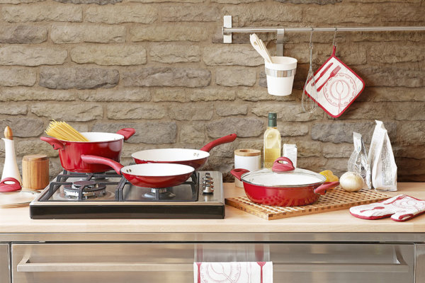 Moderne einfache Küche mit hellen Farben und Stein ausgekleidet