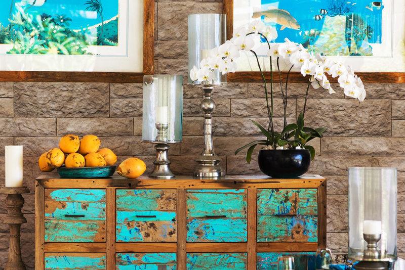 Innen Raum mit einem alten schöne blauen grünen Möbel und Gemälde und Wandverkleidung von Decostone Vermont Beige