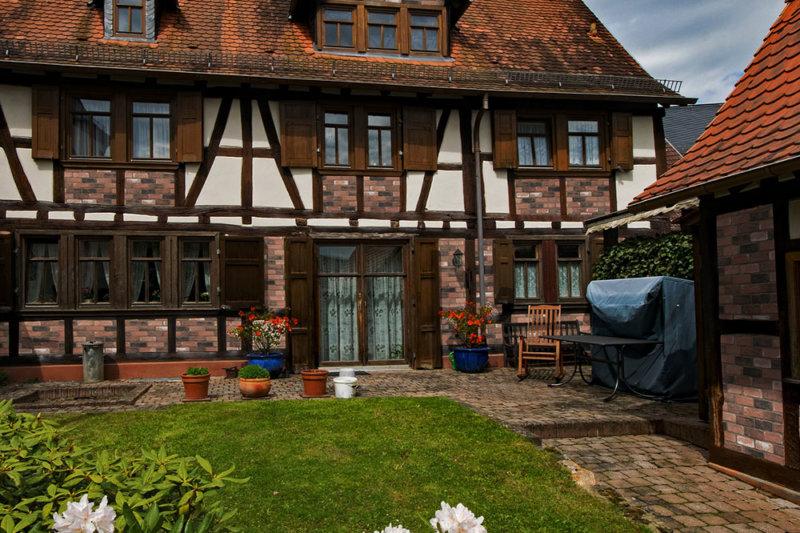 Fachwerkhaus mit dekorative Verblender verkleidet von Decobrick Aged Red